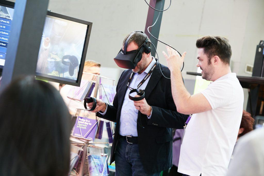 Ein Mann nutzt eine VR-Brille. Bild: Messe Karlsruhe / Behrendt und Rausch