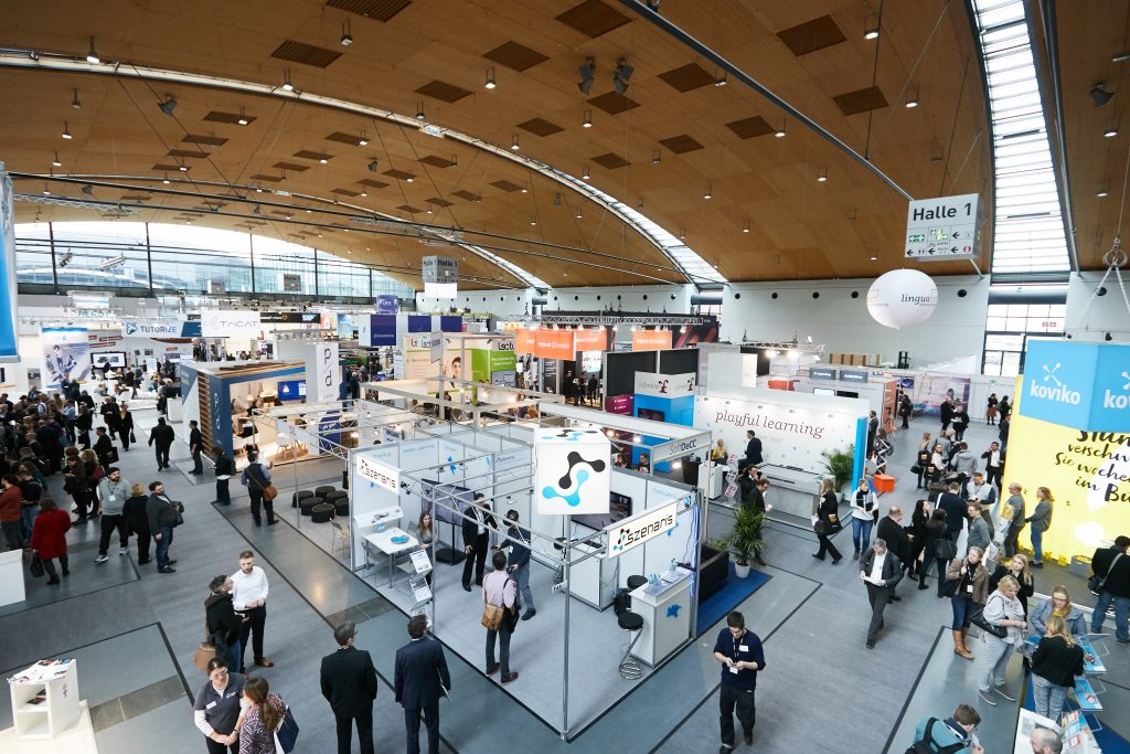 Besucherinnen und Besucher der Learntec in einer Messehalle. Bild: Messe Karlsruhe Behrendt und Rausch