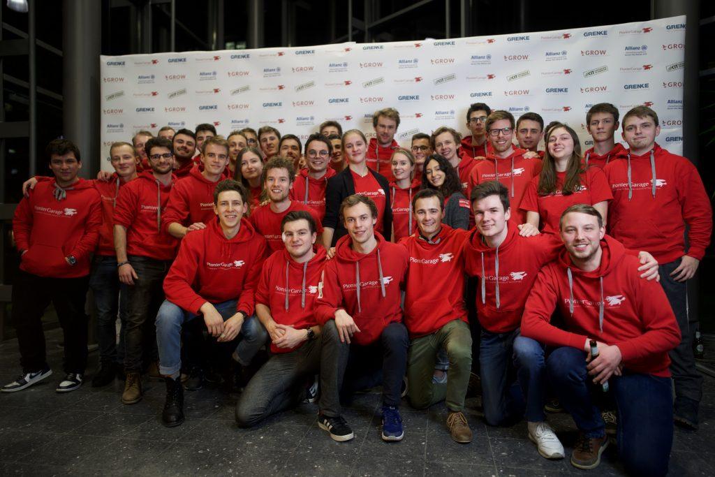 Das Team der PionierGarage posiert für ein Gruppenbild. Bild: PionierGarage