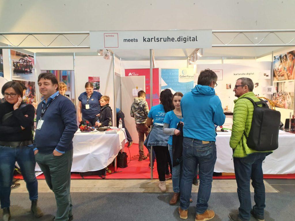Besucher am Gemeinschaftsstand von karlsruhe.digital und technika bei der Learntec 2020