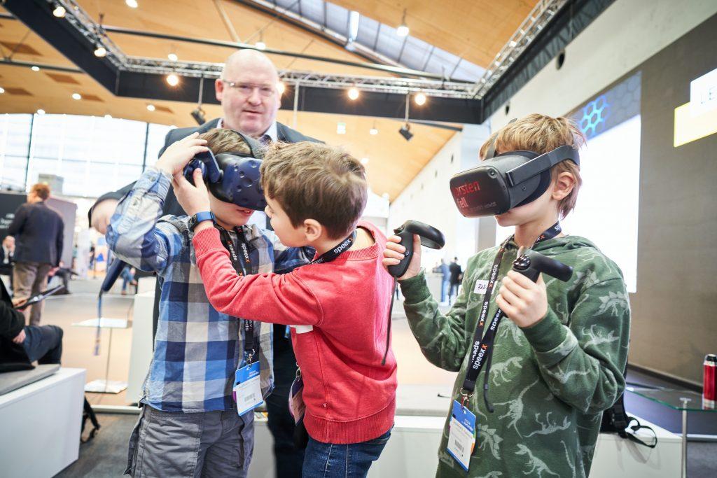 Drei Kinder nutzen bei der Learntec 2020 Virtual Reality Headsets. Bild: Messe Karlsruhe / Behrendt und Rausch