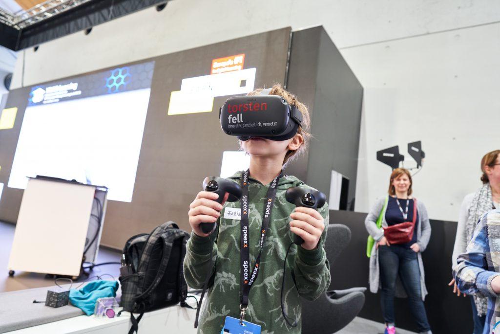 Kinder konnten bei der Learntec 2020 VR-Brillen nutzen. Bild: Messe Karlsruhe - Behrendt und Rausch