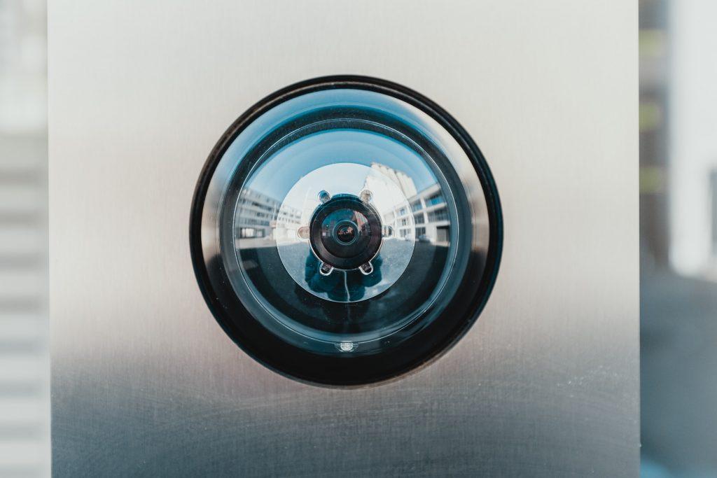 Eine Person fotografiert eine Überwachungskamera. Privacy - Foto Bernard Hermant on Unsplash